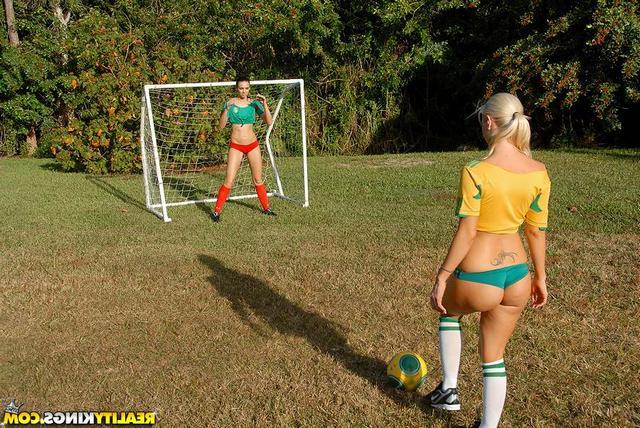 Девочки развлеклись во время футбола