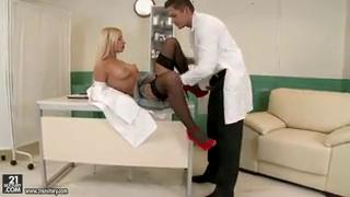 Доктор поимел медсестру