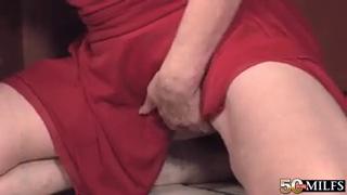 Молодой мой мужчина подарил утесистый удовлетворение зрелой бабе в дальнейшем траха в кухне - порно