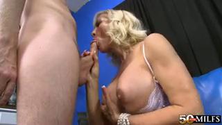 Показала парню мокрое мешок да с жадностью трахается от ним - порно видео