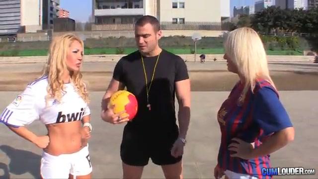 Судья развлекается с двумя футболистками