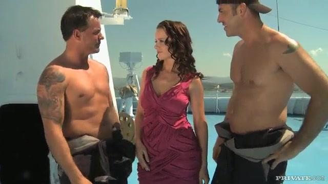 Занялась с двумя морякями сексом на палубе