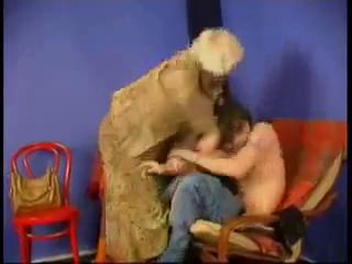 Зрелая мамка делает сыну минет